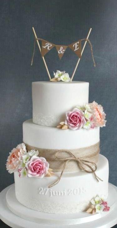 Een klassieke witte bruidstaart met enige kleurrijke decoratie! #InternetHuwelijk