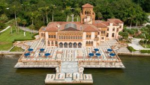 A Mediterranean Revival residence in Sarasota, Florida, that was the winter home of the American circus owner, developer and art collector John Ringling and his wife Mable. Lovers of the Venetian aesthetic, the Ringlings chose the site overlooking Sarasota Bay for its vista, which reminded them of the lagoon of their favorite city. The name of the residence is Venetian for House of John. The Ringlings decided to purchase some of the land to build