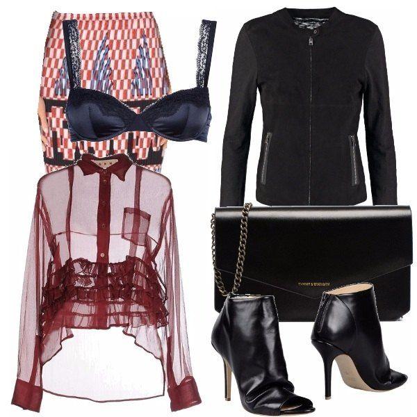 Pencil skirt con stampa geometrica, camicetta trasparente a maniche lunghe, reggiseno in raso, giacca corta con cerniera, boots opertoe, borsa a mano con catenella e logo in metallo