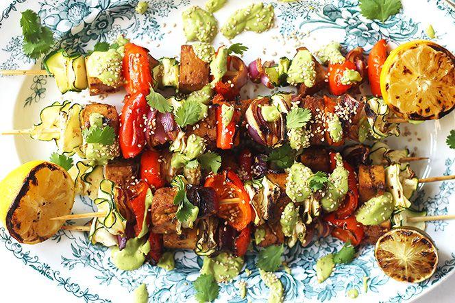 Heta tofuspett med korianderlimesås Testa dessa heta tofuspett nästa gång du slår på grillen! Hemligheten i den här rätten är såsen - syrlig, frisk och väldigt god. Tillsammans med spetten och quinoa får du en lätt sommarrätt som är som gjord för lata sommardagar.