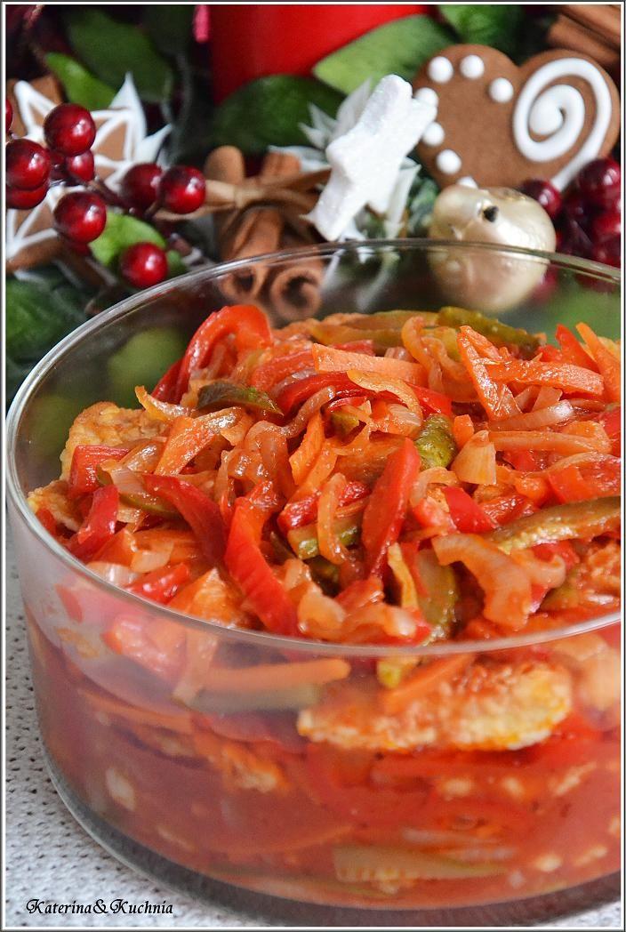 Smażona rybka zanurzona w słodko kwaśnym sosie z chrupiącymi warzywami.