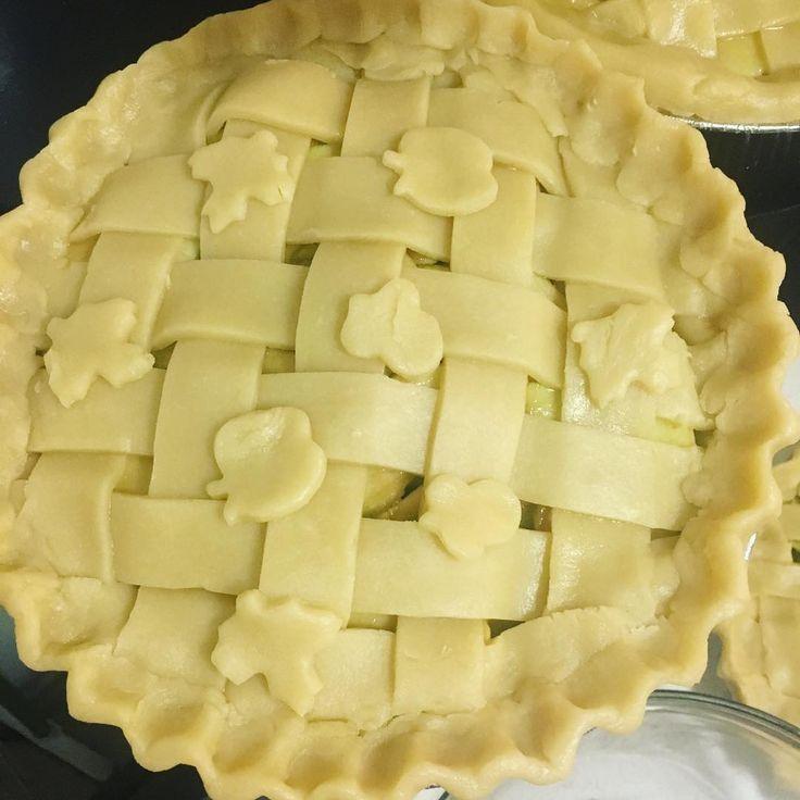 Apple pie #apple #pie #applepie #dessert #baking #f52grams #feedfeed #instafood #food #foodoftheday #photooftheday  #homemade #imadethis #빵스타그램 #먹스타그램 #빵 #제과 #홈메이드 #베이킹 #홈베이킹 #맛있다 #piestagram #파이 #파이스타그램 #냠 #놈 #사과 #사과파이 #냠냠 #crimping