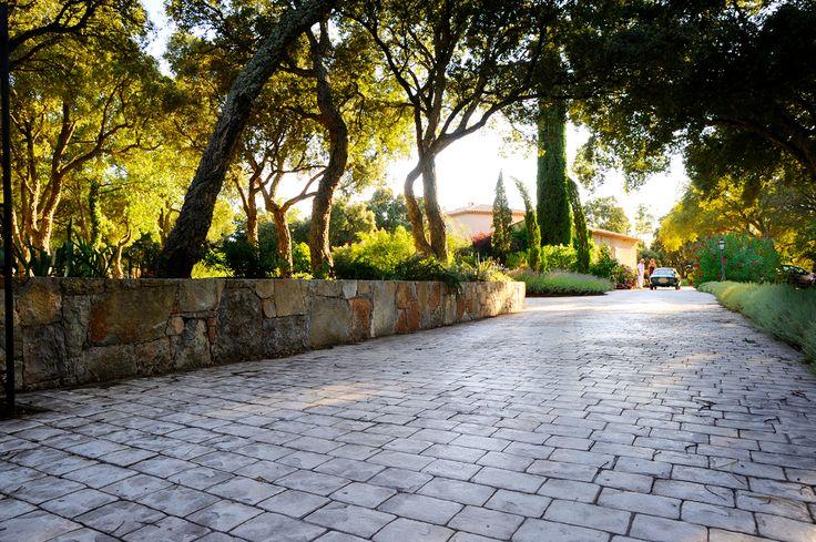 """👌 La variété de textures et de couleurs de notre #béton_décoratif """"Nuantis® Empreinte"""", lui permet de s'intégrer facilement à tout type d'environnement  ••••••••••••••••••••••••••••••••••   #aménagement_extérieur #beton #concrete #building #readymix #home #house #maison #jardin #garden #France #beautiful #CEMEX #architexture"""