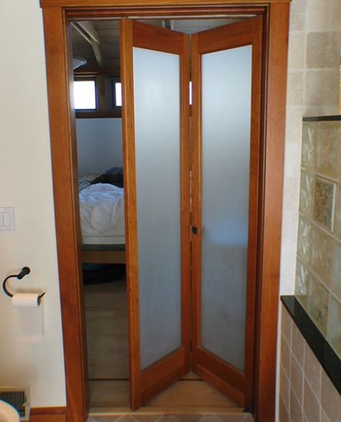 Bifold bathroom doors for small spaces with frosted glass | Decolover.net