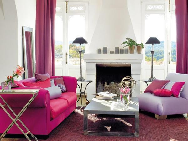 Una pareja bien avenida  La combinación de fucsia y lila, en este caso con telas de Alhambra, es muy actual. Empléalos en los asientos, los cojines y las cortinas, dosificándolos según el efecto que busques: más fucsia si quieres viveza o más lila si lo que deseas es relax.