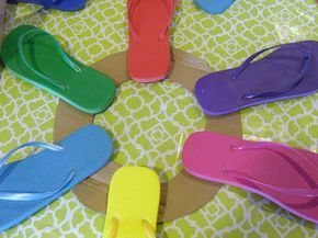 HollysHome Family Life: A Flip Flop Wreath start of the flip flop wreath with cardboard, alternate the way the flip flops are put on wreath heal/toe