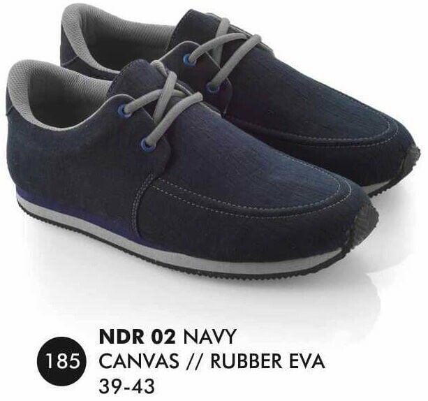 Sepatu Kets Pria merek Everflow brand asli Bandung. Nyaman digunakan dan bahan terbukti nyaman digunakan.  Silahkan order dan jangan lupa untuk cek stok terlebih dahulu.   Tersedia ukuran: 39 – 43  Warna: NAVY  Bahan: CANVAS  RUBBER   Harga : Rp. 170.000
