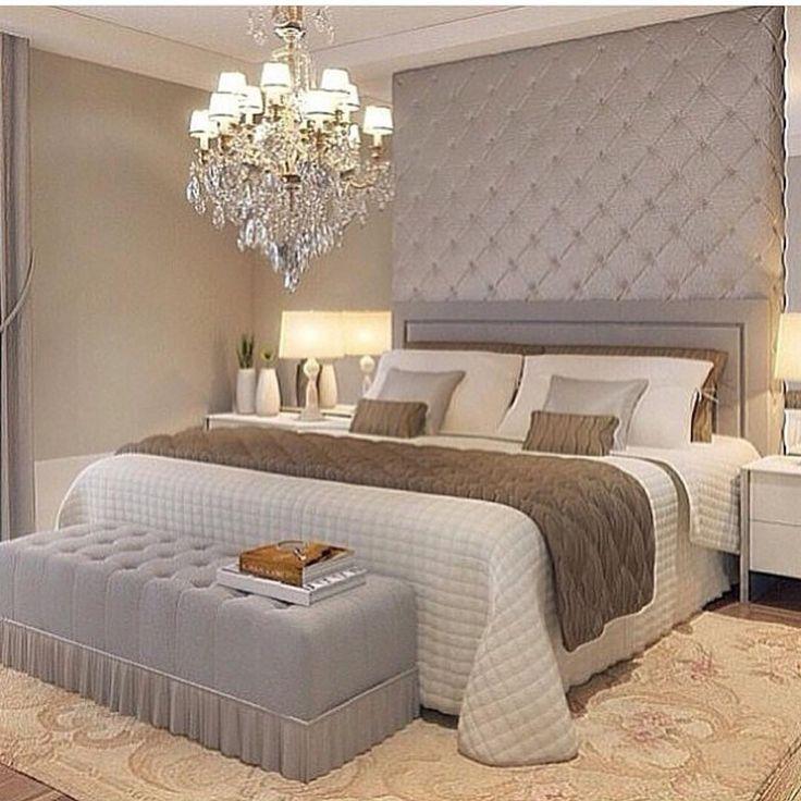 Uma composição interessante para quartos são os paineis acolchoados e espelhos, um lustre pode compor o requinte. O baú aos pés da cama é um acessório cheio de estilo e útil para manter as roupas de cama organizadas durante a utilização da cama.