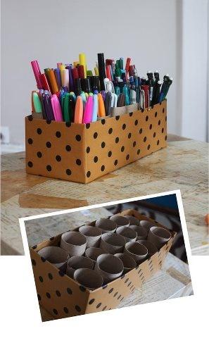 Uma caixa de sapato + rolinhos de papel higiênico são ótimos para organizar muitas canetas e lápis