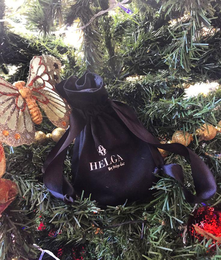 Aún no sabes qué regalar en esta Navidad?   @helgabyhelgadiaz te tiene la solución!   Este Mini kit es divino y perfecto para regalar ( aceite de coco, Bioexfoliante de café, Pócima Tu Piel y Mascarilla de chocolate , todos de 50 gr) o kit TU SPA EN CASA ( aceite de coco 250 gr, Bioexfoliante de café 250 gr, Pócima Tu Piel 250 gr y Mascarilla de Chocolate 150 gr ).   El mejor regalo para ti y para tus seres queridos! ❤️