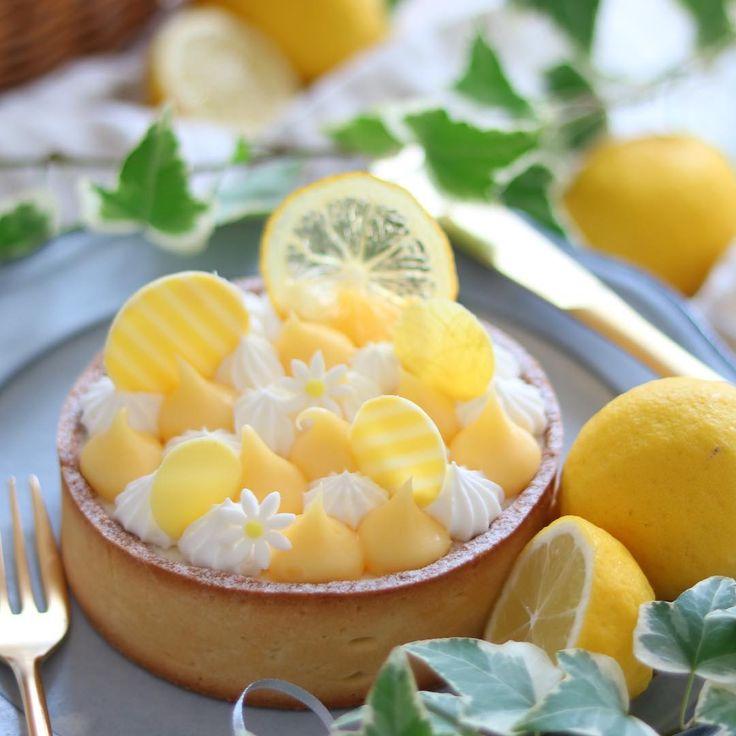 . . ⚐レモンのレアチーズタルト . レモン消費に作ったもう一個のスイーツがこちら。 . ミルキーなレアチーズの上にレモンカードと生クリームを絞りました。 . こういうチョンチョン絞るやつ一回やってみたかったんだよね~ . ちょっと残念な感じの断面図はブログにて。 . . . #手作りお菓子#レモン#レモンタルト#タルトシトロン#きらきらバレンタイン#キッチンからLOVE#手作りケーキ#手作りスイーツ#お菓子作り#おうちカフェ#コッタ#デリスタグラマー#クッキングラム#cafe#sweets#homemade#LIN_stagrammer#delistagrammer#foodpic#onthetable#instasweets #igersjp#Natsumixcafe