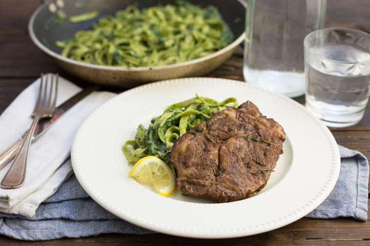 Recept voor gemarineerde karbonade voor 4 personen. Met zout, olijfolie, peper, Pasta, karbonade, kruiden-roomkaas, tijm, balsamico azijn, verse spinazie en knoflook