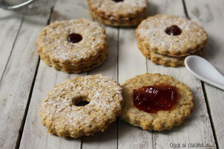 I biscotti integrali sono poco calorici, senza uova né burro, preparati con olio e yogurt, da gustare così o farciti con confettura, ricetta bimby.