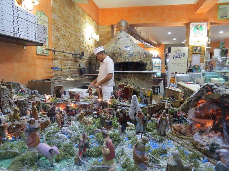 """Обычно на Рождество в Италии такими сценками из глиняных фигурок украшают церкви. Они называются presepio, у нас обычно переводят как вертеп. В каждой церкви разные сценки, хотя вроде бы все на одну тему - рождение Христа. Их так интересно разглядывать, есть настоящие произведения искусства. А это я вдруг у """"Рождество и немного пиццы"""" / Ruslana"""