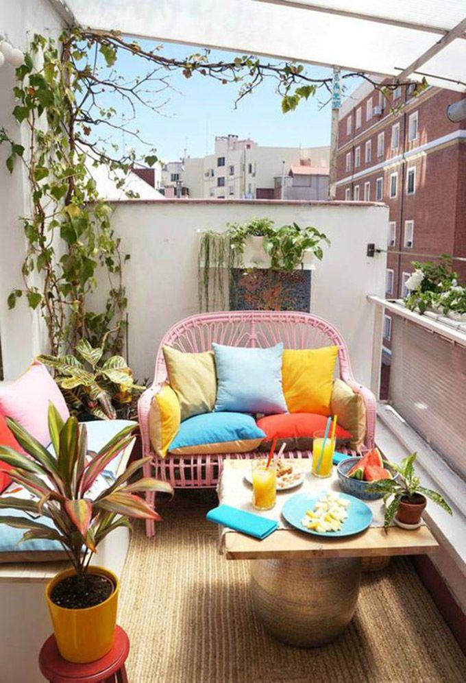 Ideas para poner a punto las terrazas. Palets, cojines de colores, un toque tropical... Todo lo que no puede faltar en tus veladas veraniegas.