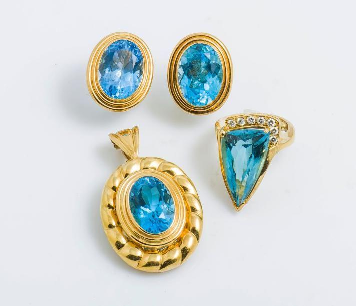 Parure comprenant :  Un pendentif en or jaune 18 carats (750 millièmes) serti d'une topaze bleue dans un décor godronné. Poids brut : 25.20 g  Une paire de boucles d'oreilles en or jaune 18 carats (750… - Pestel-Debord - 11/05/2017