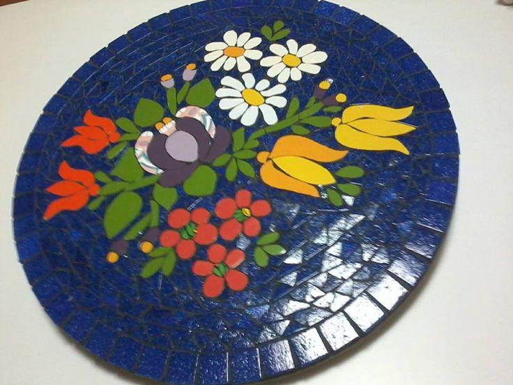 Prato giratório em base de MDF revestido com alegre e colorido mosaico de flores. 36 cm de diâmetro, by  Sueli Cemin