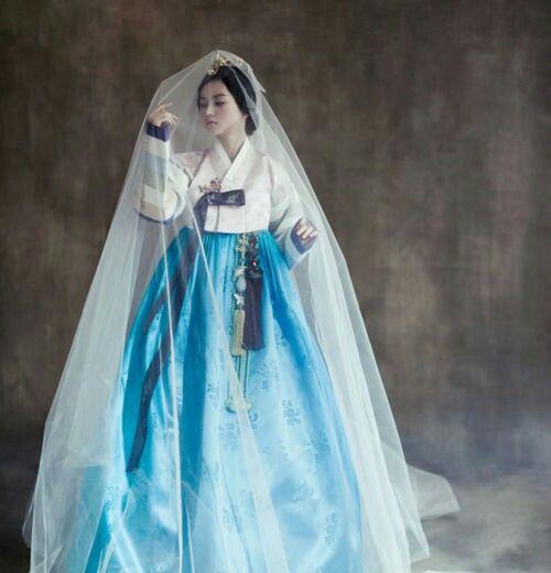"""ฮันบก คือชุดประจำชาติเกาหลี ปัจจุบันไม่นิยมใส่ในชีวิตประจำวัน แต่ก็ยังพอมีเห็นกันบ้างตามชนบทจะเห็นคุณย่าคุณยาย หรือผู้หญิงฐานะดีใส่กัน ฮันบก ของผู้หญิงประกอบด้วย กระโปรงพันรอบตัว เรียกว่า """"ชิมา"""" และเสื้อ """"ชอกอรี"""" ซึ่งคล้ายเสื้อแจ็คเก็ตฮันบกของผู้ชายประกอบด้วยชอกอริเช่นกัน แต่สั้นกว่าของผู้หญิง และมีกางเกงเรียกว่า """"บาจิ"""" ทั้งชุดของผู้หญิงและผู้ชายสวมคลุมทับด้วยเสื้อคลุมยาวเรียกว่า """"ตุรุมากิ"""" ปัจจุบันนี้ชาว เกาหลี นิยมสวมชุดแต่งกายประจำชาติในงานเทศกาล หรือในงานพิธีต่างๆ เช่นพิธีแต่งงาน พิธีศพ"""