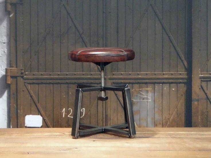 Industriele leren barkruk Santo, verkrijgbaar in 3 hoogtes 45cm 65cm en 80cm in diverse kleuren. Bezoek onze Showrooms in Hardinxveld, Gramsbergen en Utrecht