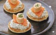Pour un apéritif entre amis réussi, nous vous proposons notre recette de blinis de saumon fumé, chantilly aux herbes.
