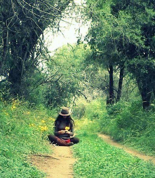 Crónicas de la Tierra sin Mal : Somos CosmosYo no estudio las cosas ni pretendo entenderlas.  Las reconozco, es cierto, pues antes viví en ellas.  Converso con las hojas en medio de los montes  y me dan sus mensajes las raíces secretas.  Y así voy por el mundo, sin edad ni destino.  Al amparo de un Cosmos que camina conmigo.  Amo la luz, y el río, y el silencio, y la estrella...  Atahualpa Yupanqui 💚