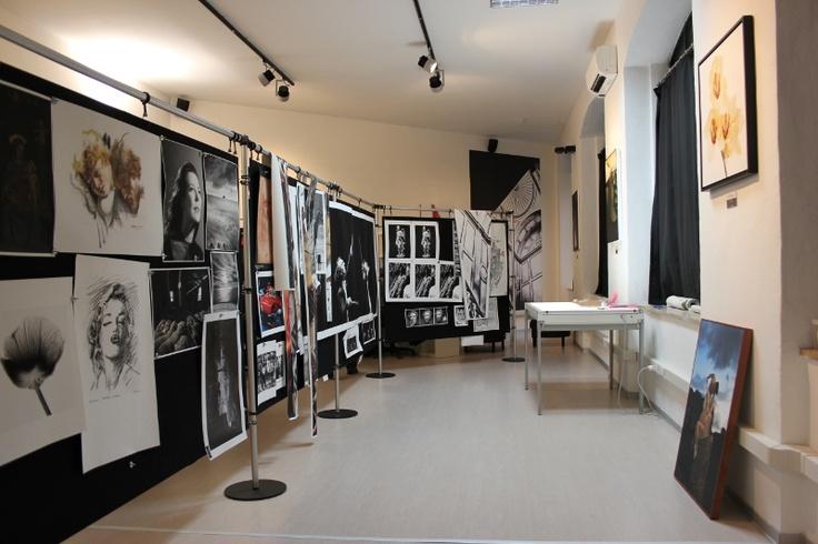Interno del laboratorio Spazio81 con la gallery delle lavorazioni e montaggi