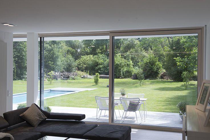 Naturfeeling von der Couch aus  Diese Hebeschiebetüren bilden den fast nahtlosen Ausblick auf Ihren Garten. Damit die Natur zum Greifen nahe bleibt und Ihr Haus mit Licht durchflutet wird.