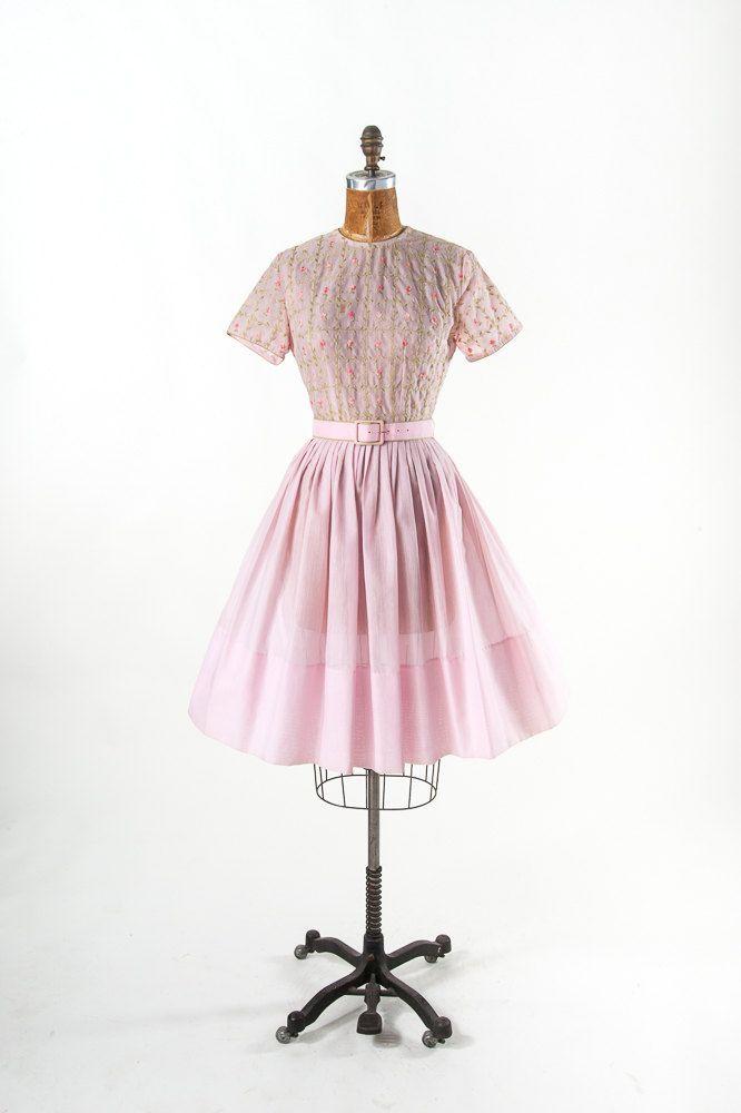 Vintage jaren 1950 geborduurde jurk, 50s 60s Petal roze katoenen jurk, brede rok & bloemen borduurwerk, vrouwen kinderkleding, jurken  Eind jaren 50