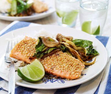 Sesambakad lax med ris är en lättlagad fiskrätt som du slänger ihop på cirka 30 minuter. Laxfilén kryddas med salt och peppar där sesamfröna sedan strösslas över och tillagas i ugnen. Det ger dig tid att förbereda tillbehören fräst lök och pak choi som får smak av teriyakisås. Avnjut med ris och limeklyftor.