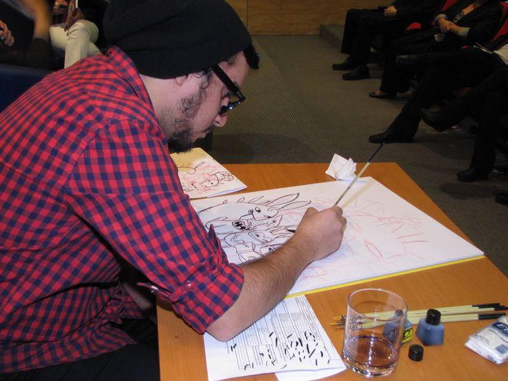 Felipe Lira, dibujando durante la entrevista.