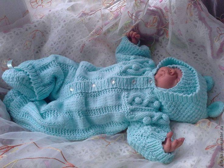 Вязаный комплект для новорожденного на выписку спицами