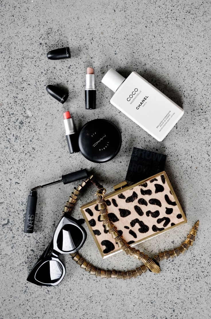 what's in her bag // flat lays