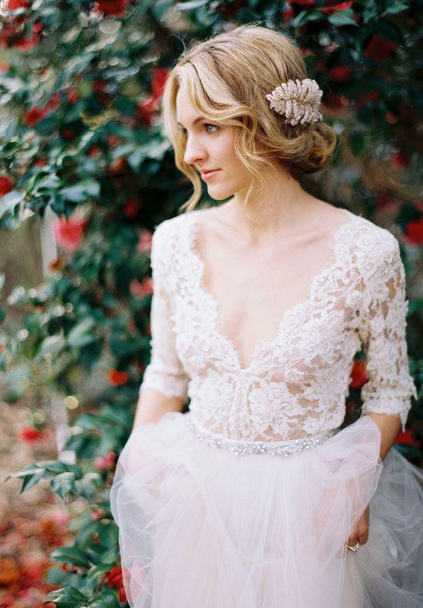 Brautkleid mit V-Ausschnitt und langen Ärmeln aus Spitze