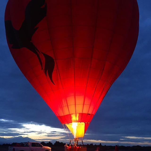 San Pedro de Atacama, Chile  Hoje tivemos uma experiência incrível com o  pessoal do #ballonsoveratacama , melhor e mais experiente agência para voos de balão no Atacama!  ⠀⠀  Chegamos na base antes do sol nascer e depois de um café da manhã voamos por cerca de 40 minutos sobre o deserto, vendo o Vale da Lua, Vale da Morte entre muitos outros lá do alto! 😍😍  ⠀⠀  ⠀⠀  Foi meu primeiro voo e eu fiquei apaixonada... já quero o próximo destino 😜  ⠀⠀  ⠀⠀  Foto: @ericacamargo