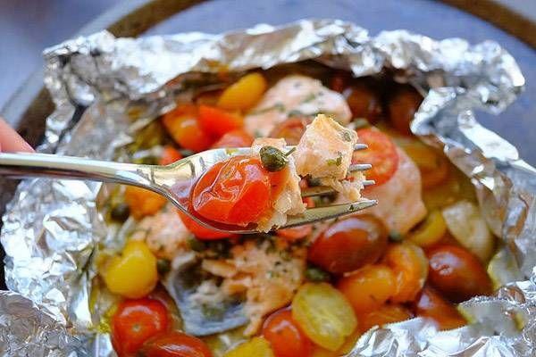 Красная рыба с помидорами в духовке