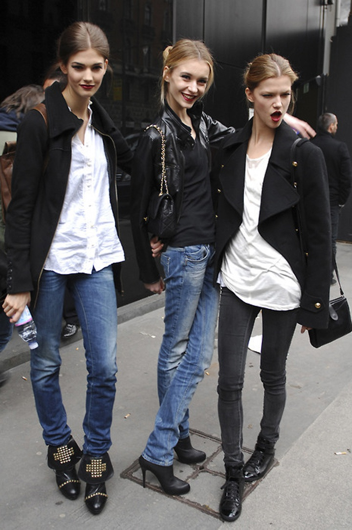 cute girls~: Models Off Duty, Street Style, Outfit, Studs Boots, Red Lips, Black White, Denim, Fashion Blog, Models Street Style