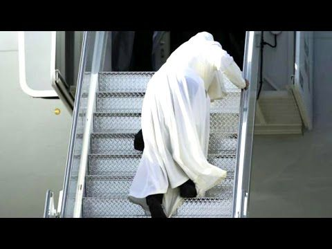 PAPA FRANCESCO INCIAMPA MENTRE SALE IN AEREO A NEW YORK - YouTube