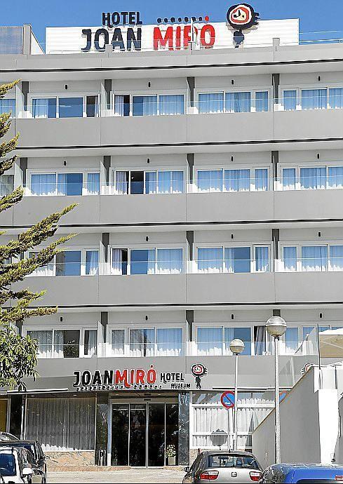 Luminosos Mallorca realiza la instalación de la #fachada #ventilada y #cartel #corporativo del único #hotel #Joan #Miró del Mundo.
