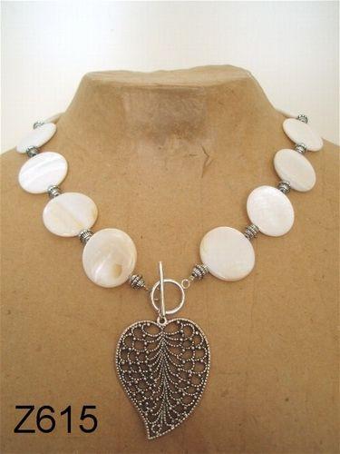 Geregen ketting met blad. De kralen zijn platte schelpen. ----- necklace - DIY - shellbeads - acrylic beads -----