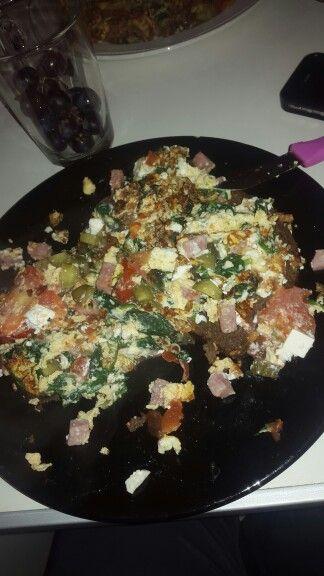 Roerbakei met zalm, tonijn, spinazie, augurk, feta