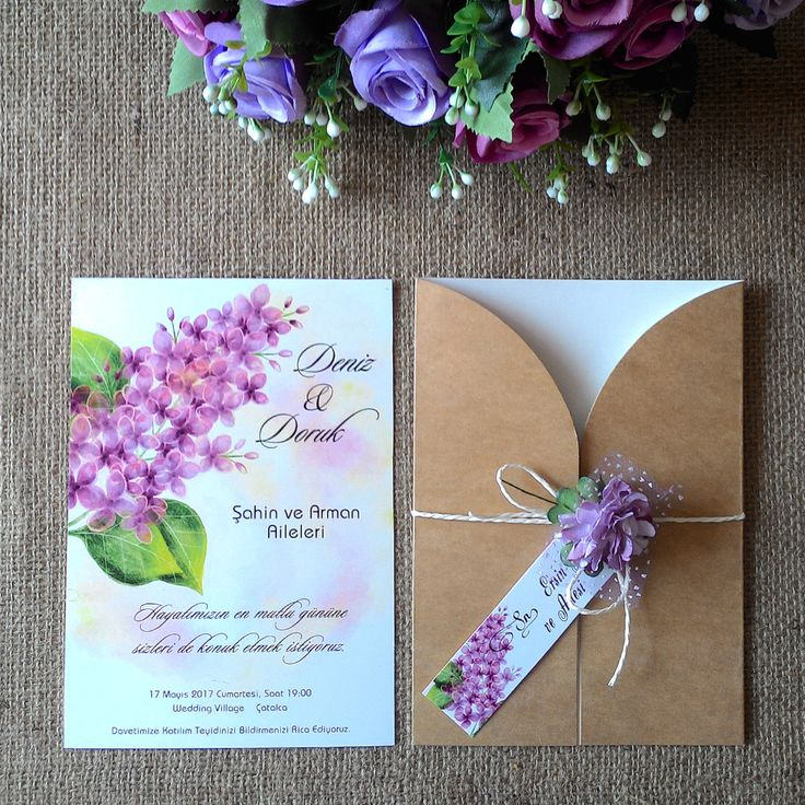 Masal Davetiye Sümbül Modelimiz, İçi parlak beyaz, kalp kesimli, kraft karaflı düğün davetiyesi. Tüllü mor çiçek aksesuarlı, beyaz kağıt ile bağlanmaktadır. İsimlikte sümbül baskısı dekor olarak kullanılmıştır.