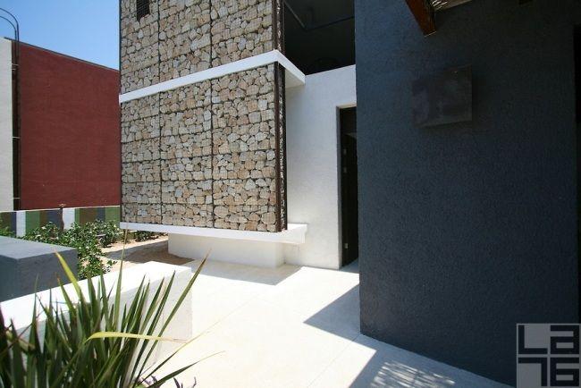 gabionenmauer selber bauen weiße terrassen fliesen