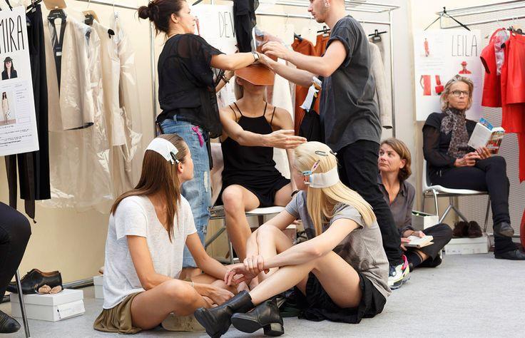 Te decimos todo lo que pasa tras bambalinas durante un desfile de la semana de la moda, desde qué hacen las modelos, hasta quienes son los que tienen acceso a este lugar.
