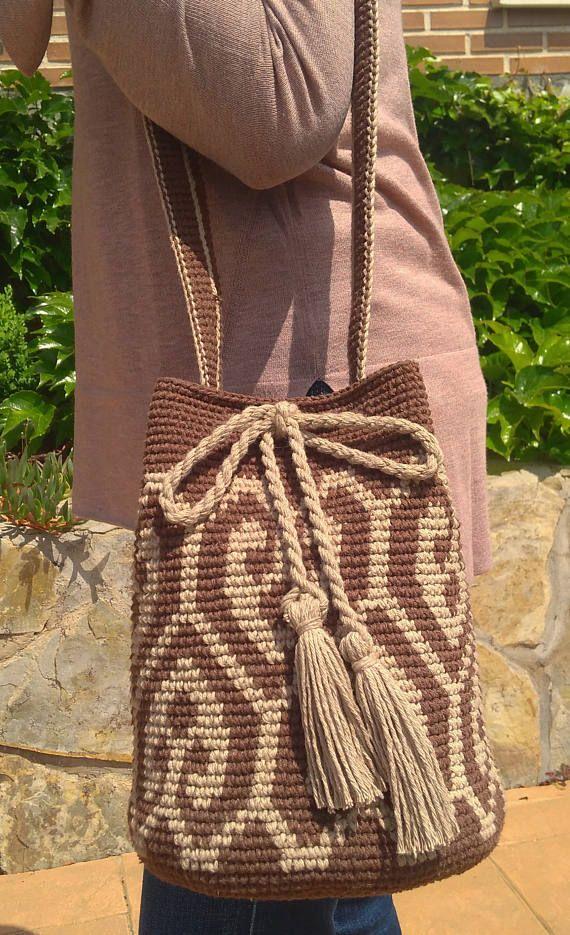 Bolso estilo wayuu tejido a mano marrón y beige.  Largo bandolera: 110 cm Diámetro base: 20cm Altura:25cm