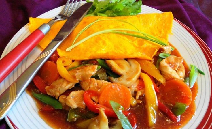 Surinaamse Pikante Kip Omelet (gezonde kip in reepjes met omelet in chili tomaatsaus met verse groenten)