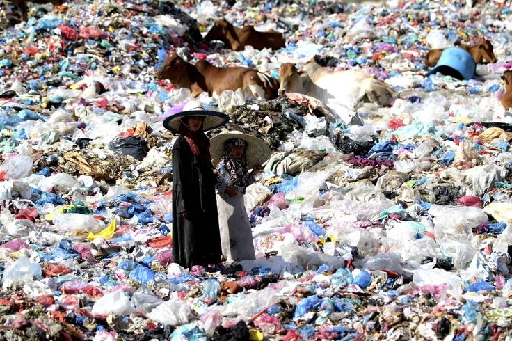 Au Yemen, des jeunes filles marchent sur un site rempli de déchets.