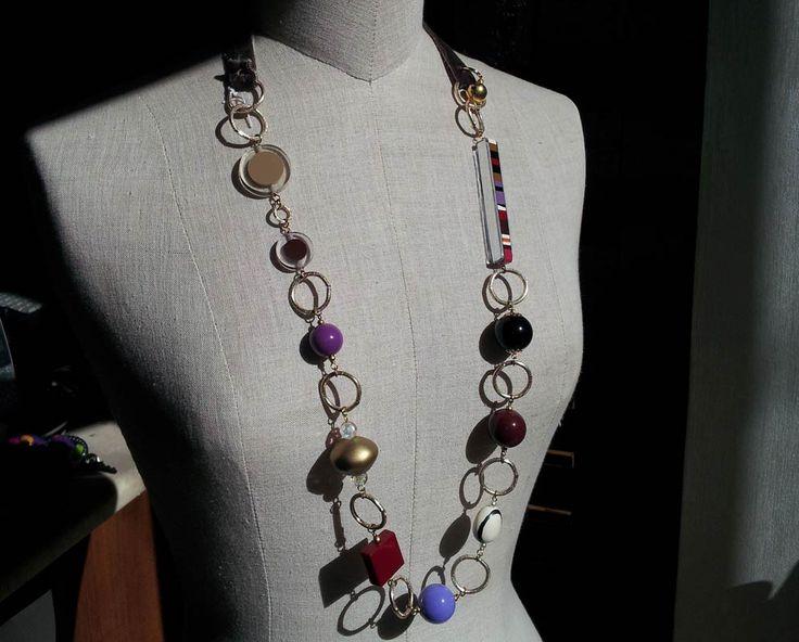 Collana con resine trasparenti, multicolor, specchi, velluto e anelli di catena.