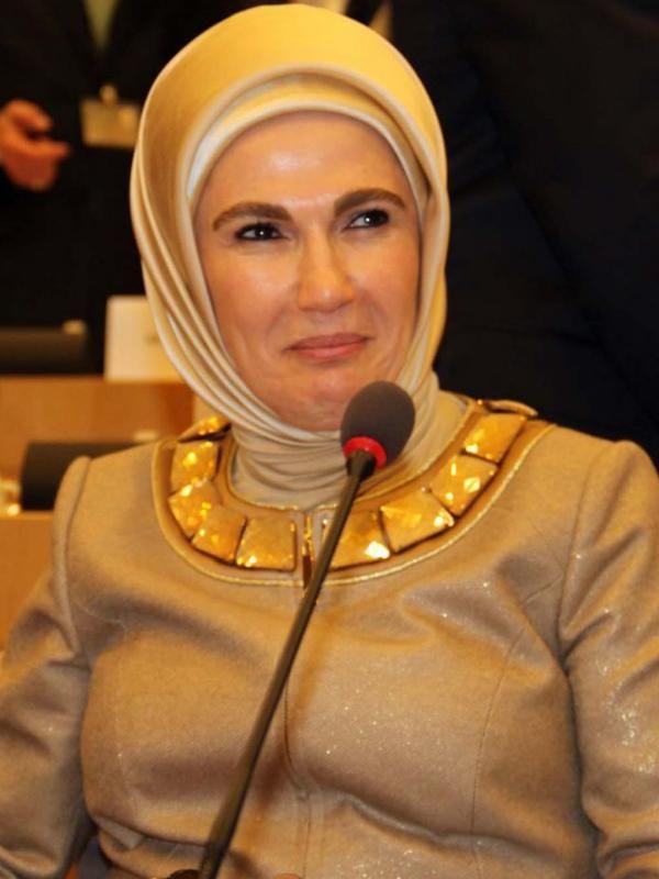 Istri Presiden Turki, Emine Erdogan tampil cantik dengan jilbab berwarna keemasan. Emine Erdogan menjadi istri Presiden Turki pertama yang mengenakan jilbab (haber.sol.org.tr)