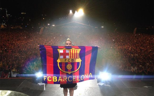 Robbie Williams luce la bandera del FC Barcelona