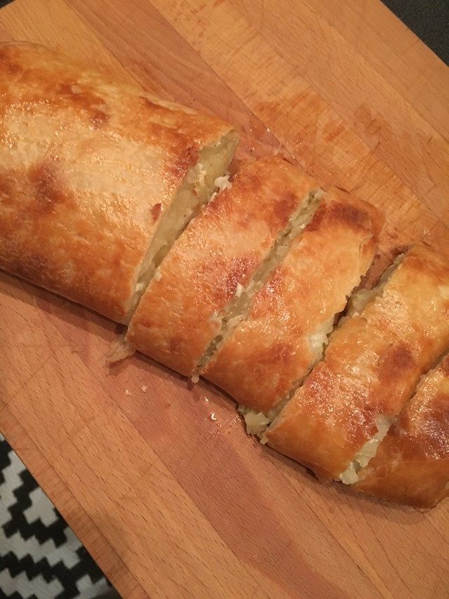 Här kommer ett smarrigt alternativ till de vanliga potatis-tillbehören nämligen en potatisrulle med smördeg. Jag körde på glutenfri(den var bra! :D) deg på rull